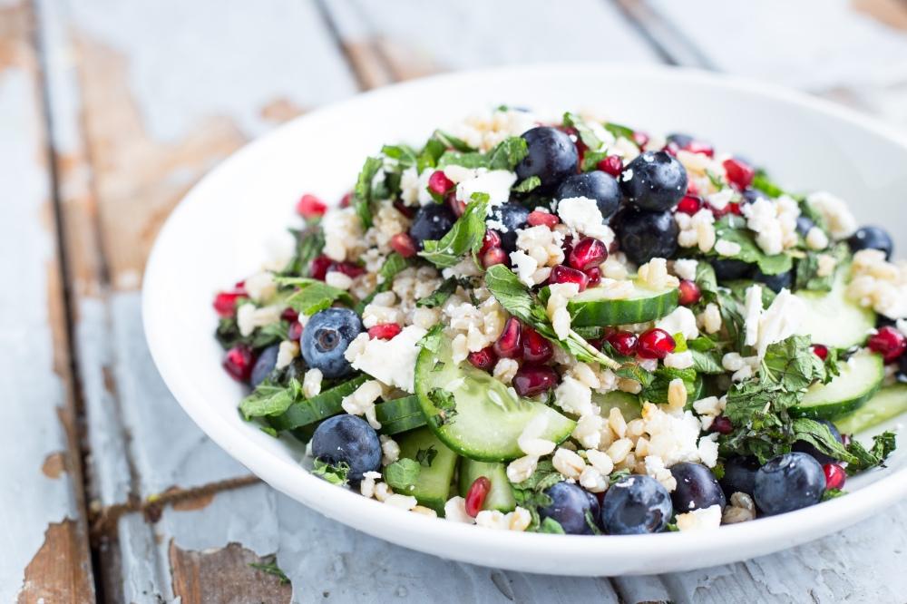 Gerst Salade met Bosbessen, Granaatappel, Feta, Munt // Recept en fotografie door Rosalie Ruardy