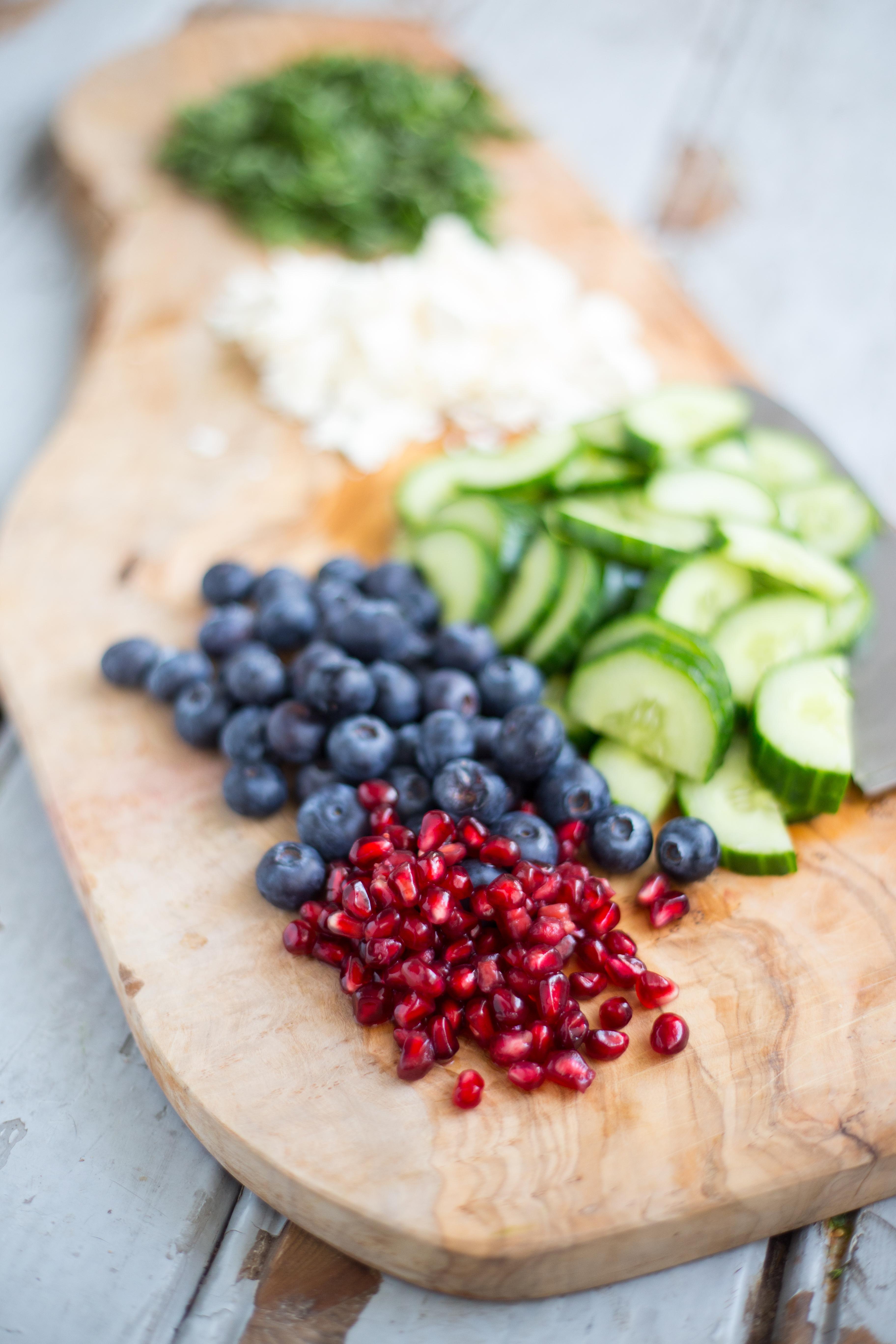 Gerst Salade met Komkommer, Granaatappel, Bosbessen, Feta en Munt // Recept en fotografie door Rosalie Ruardy