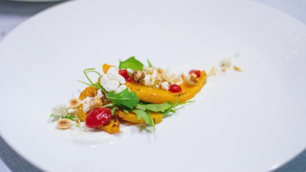 Durq - Salade met pompoen, feta, harissa en hazelnoten